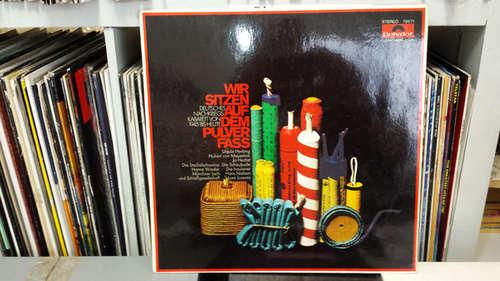 Cover Various - Wir Sitzen Auf Dem Pulverfass - Deutsches Nachkriegs-Kabarett Von 1945 Bis Heute (LP, Club) Schallplatten Ankauf